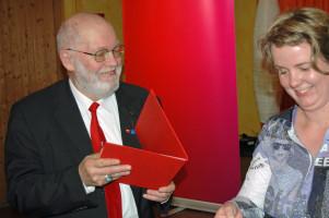 Ludwig Frick und Katharina Schrader bei der Übergabe der Urkunde und des Geschenks zur 50jährigen Mitgliedschaft am 22.03.2015