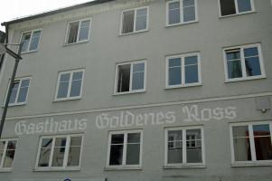 """Der Schriftzug """"Goldenes Ross"""" über der Fensterreihe zum 1. Stock"""