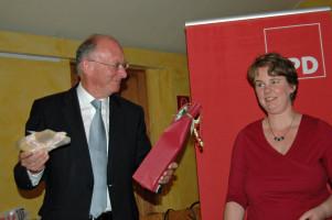 Katharina Schrader bedankt sich mit Allgäuer Spezialitäten bei Franz Mageth