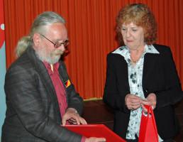 Peter Stanke gratuliert stellvertretend Erika Luther-Neumaier für die Tochter Birgit Neumaier zu 25 Jahre Mitgliedschaft