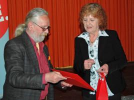 Peter Stanke überreicht der Mutter von Birgit Neumaier die Urkunde für 25 Jahre Mitgliedschaft