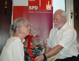 Erika Stubenvoll geehrt Von Stadtrat Siegfried Oberdörfer, Vorsitzender SPD OV-Kempten Nord für 40 Jahre Mitgliedschaft