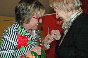 Landtagskandidatin Ilona Deckwerth gratuliert Ilse Labuschewski zu 25 Jahre Mitgliedschaft