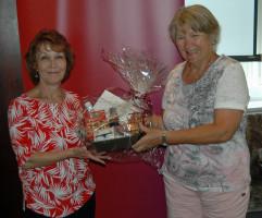 Stadträtin Ingrid Vornberger (SPD OV Kempten-Mitte/West) überreicht Waltraud Bischof das Präsent für 40 Jahre Mitgliedschaft