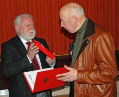 Siegfried Oberdörfer übereicht Manfred Albert Reinhardt Präsent und Urkunde für 50 Jahre Mitgliedschaft. Reinhardt war an vielen Botschaften in Afrika und Asien tätig
