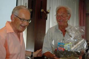 Stadtrat Lothar Köster, Vorsitzender SPD OV Kempten Mitte-West, lacht mit Dietrich Lüderitz über seine Bemerkung, er habe sich in den 40 Jahren Mitgliedschaft über nichts so geärgert, wie über die SPD