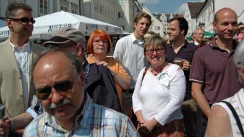 Erstmals treffen sich die drei Kandidaten für die Bürgermeisterwahl Thomas Hartmann (Grüne), Martin Bernhard (SPD) und Thomas Kiechle (CSU), ebenso im Bild die SPD Landtagskandidatin Ilona Deckwerth und die Bezirkstagskandidatin Regina Liebhaber (SPD)