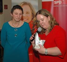 v.l. Beatrix Zurek, Katharina Schrader bedankt sich für die Festrede