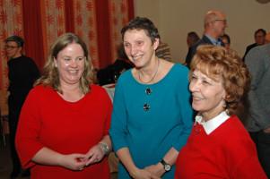 v.l. Katharina Schrader, Beatrix Zurek und Ingrid Vornberger (Stadträtin, stellv. Vorsitzende des DMB-Mietervereins Kempten und Umgebung)im Gespräch