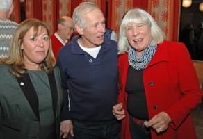 v.l. Ilknur Altan (Stadträtin und Integrationsbeauftragte des Stadtrats), Rudi Goschler und Gaby Heilinger (Vorsitzende Haus International) unterhalten sich