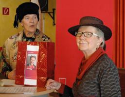 Tratsch über Kommunalpolitik (Ingrid Jähnig, Maria Lancier)