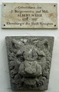 Gedenktafel und Löwenkopf am Geburtshaus von Albert Wehr