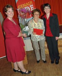 Katharina Schrader überreicht mit Ute Kosak (rechts) an Christine Stach Präsent und Urkunde für 50 Jahre Mitgliedschaft. Christine Stachs Großmutter war Reichstagsabgeordnete für die SPD.