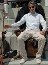 Martin Bernhard auf einem mittelalterlichen Stuhl eines Stammesfürsten