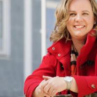 OB-Kandidatin Katharina Schrader im Halbprofil in roter Jacke freundlich lächelnd