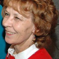 lachende Ingrid Vornberger in einem seitlichen Porträtfoto